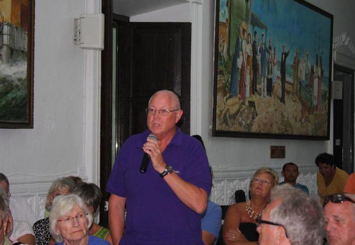 Un integrante de la comunidad canadiense en Progreso expone sus inquietudes durante la reunión con el alcalde del principal puerto de Yucatán. (SIPSE)