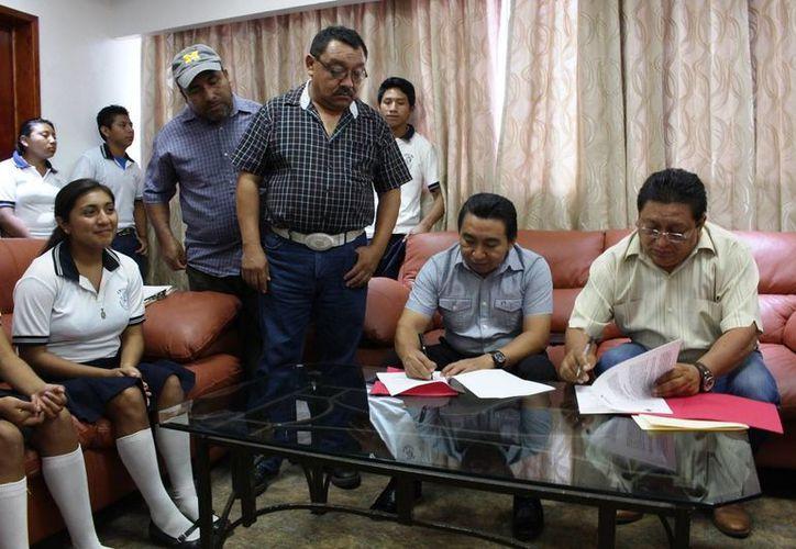La firma fue en las oficinas de la Presidencia Municipal. (Raúl Balam/SIPSE)