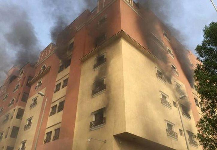 Fotografía proporcionada por la Dirección de Defensa Civil, del Ministerio del Interior de Arabia Saudí, muestra el humo que surge del incendio en un complejo residencial. (Agencias)
