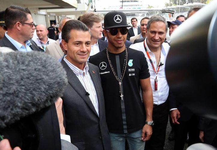 Peña Nieto tuvo oportunidad de saludar al número uno del automovilismo mundial, el británico Lewis Hamilton. (Notimex)