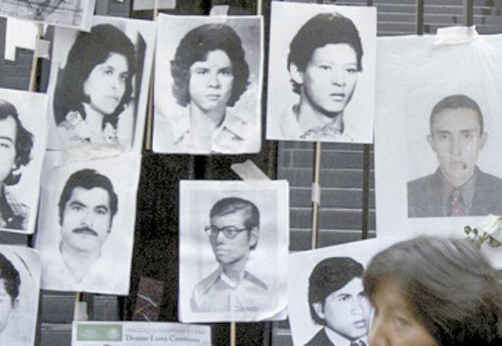 En la imagen fotos colgadas de algunos de los 22 mil extraviados que hay en México hasta julio. (Milenio)