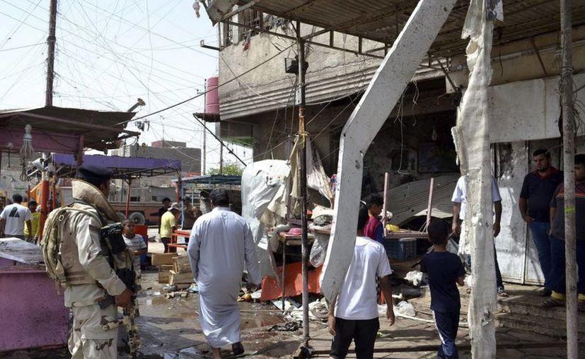 Un soldado iraquí inspecciona el lugar donde se produjo la explosión de una bomba, cerca de un mercado popular en Basra, al este de Bagdad, Irak. (EFE)