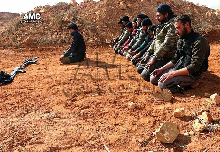 Foto difundida por Aleppo Media Center de insurgentes sirios rezando en la aldea de Sheikh Najjar, en Alepo, Siria. (Agencias)