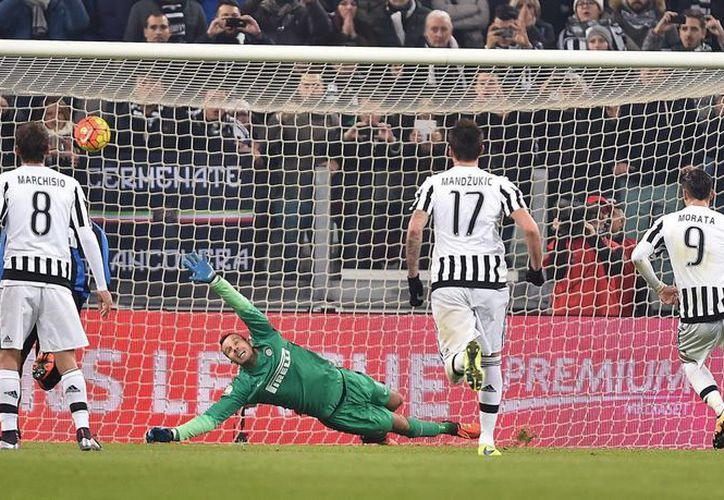 Álvaro Morata al momento de acertar el penal que abrió el camino de Juventus para la victoria sobre Inter de Milan por 3-0 en el partido de ida de semifinales de la Copa Italia. (AP)