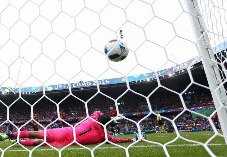 Con una vistosa volea, el croata Luca Modric venció al arquero turco Volkan Babacan para darle el triunfo al seleccionado de su país, en la Eurocopa Francia 2016. (AP)