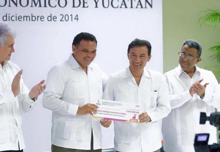 Ayer martes, el gobernador Rolando Zapata Bello realizó la entrega de créditos del Fondo Integral para el Desarrollo Económico de Yucatán. (Facebook/Rolando Zapata Bello)