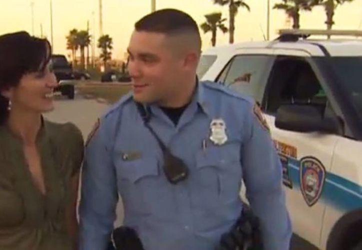 """Sara Wolff respondió """"sí"""" a la propuesta matrimonial del policía Gregory Parris; la pareja se casará en julio. (Captura de pantalla de YouTube)"""