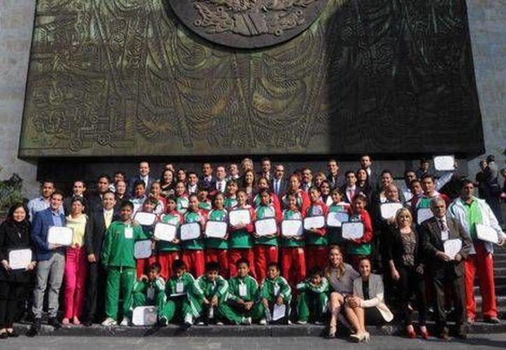 La raquetbolista Paola Longoria y el saltador Luis Rivera también estuvieron  entre los deportistas premiados por la Cámara de Diputados. (Foto: cortesía)