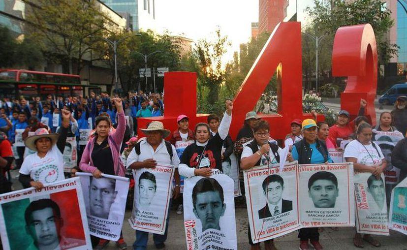 Los padres de los normalistas desaparecidos no han detenido su lucha para saber el paradero de sus hijos. (Archivo/Notimex)