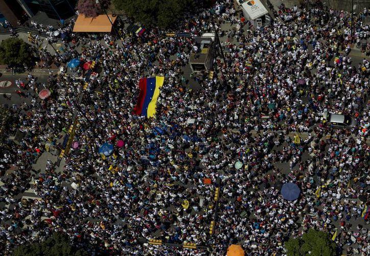Centenares de personas participan en una marcha contra el gobierno de Nicolás Maduro en Caracas (Venezuela). (EFE)