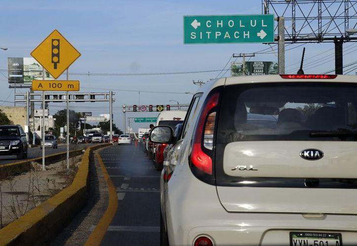 """Sólo un carril permite """"salvar"""" el puente en construcción. (Foto: Milenio Novedades)"""