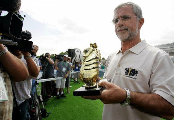 El exgoleador alemán Gerd Muller padece el mal de Alzheimer, lo que habría obligado a suspender festejos por su cumpleaños 70. En la foto, con el Balón de Oro que ganó en 1970. (multimedia.pol.dk)