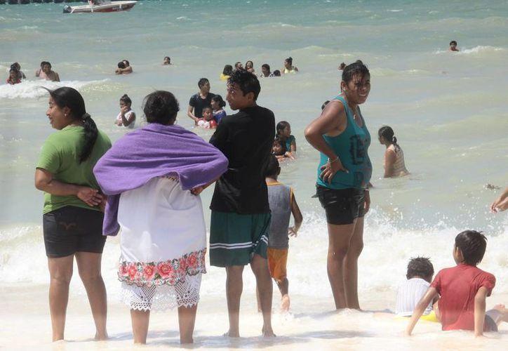 Personas provenientes de municipios distintos a Mérida aprovecharon el último domingo de las vacaciones para ir a la playa de Progreso. (SIPSE)