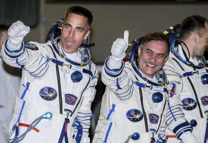 Los miembros de la tripulación de la EEI (de izda a dcha) el astronauta estadounidense Chris Cassidy, el comandante ruso Pavel Vinogradov y el cosmonauta Alexander Misurkin. (Archivo/EFE)