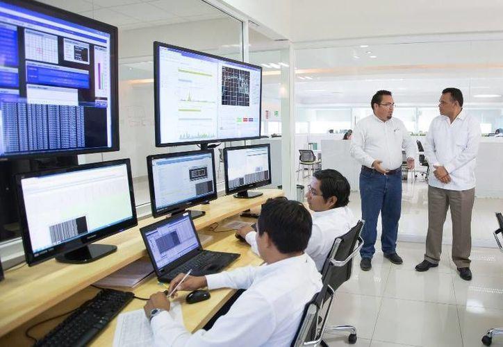 En la compañía AiTelecom, el Gobernador constató los beneficios del programa Prosoft, promovido por el Estado y la federación para fomentar la creación y consolidación de empresas desarrolladoras de software. (Cortesía)