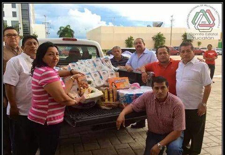 Integrantes de la Agrupación Nacional de Militares Retirados, A.C, que acudió este viernes a entregar su donativo para los damnificados en BCS. (Foto: Cortesía Anmrac)