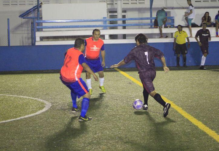 Chelsea se empleó a fondo para vencer por apretado marcador 4-3 al equipo del Colegio de Abogados y Abogadas. (Miguel Maldonado/SIPSE)