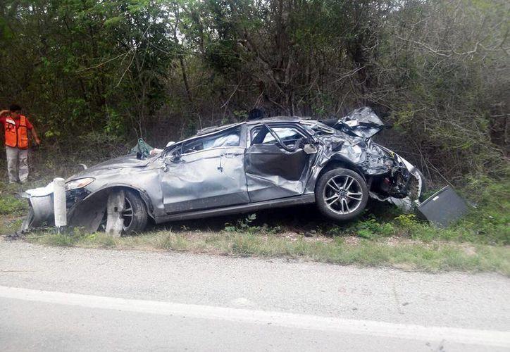 El automóvil terminó desbaratado en la carretera Mérida-Cancún. (Milenio Novedades)