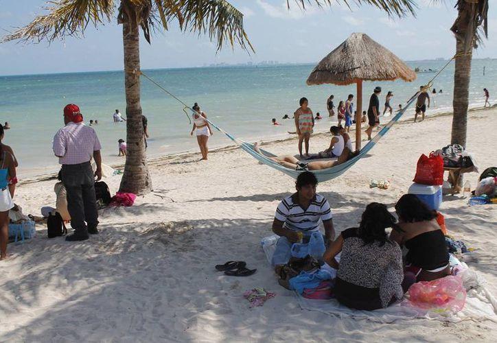 Durante el día continuó la llegada de familias en la playa. (Jesús Tijerina/SIPSE)