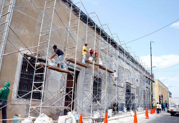 """En las obras de remodelación del Centro Histórico de Mérida, albañiles resultaron heridos al caer 12 metros: los cables que sostenían el """"elevador"""" de carga se rompieron. La imagen está utilizada solo con fines ilustrativos. (Milenio Novedades)"""