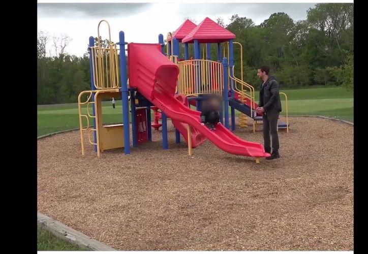 Un video viral muestra el momento en el que un hombre 'secuestra' a un niño, enfrente de su padre. (Foto: Impresión de pantalla)
