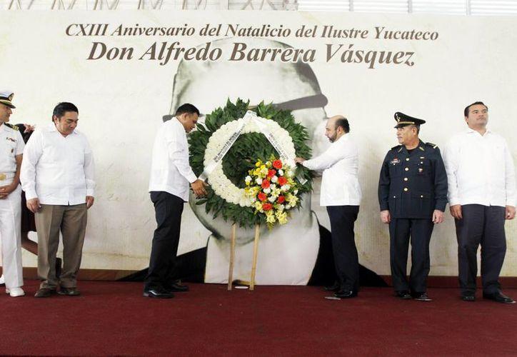 Autoridades estatales en la ceremonia conmemorativa del 113 aniversario del natalicio del ilustre yucateco Alfredo Barrera Vásquez. (Milenio Novedades)
