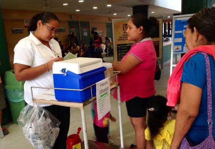 Largas filas se formaron ayer para la aplicación de la vacuna contra la influenza estacional. (Yesenia Barradas/SIPSE)