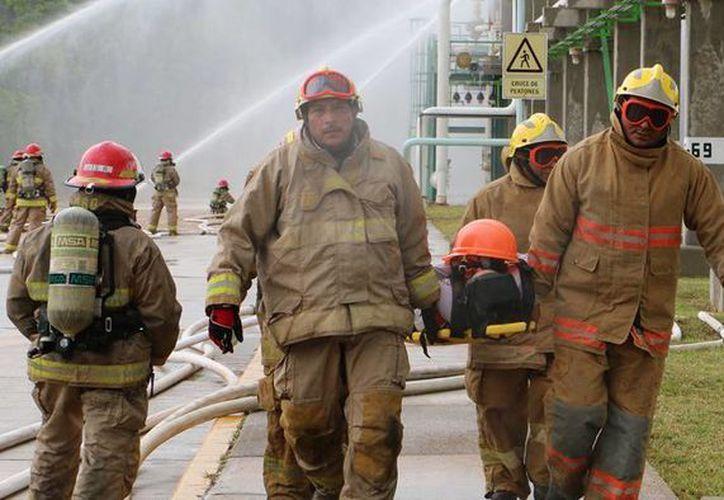 Petróleos Mexicanos realizó un simulacro de nivel III, que consistió en un incendio en el área de máquinas en la Plataforma Semisumergible Chemul, que se ubica a 60 kilómetros de esta ciudad. Imagen de una simulación por fuga de gas natural licuado en Macuspana. (Archivo/Notimex)