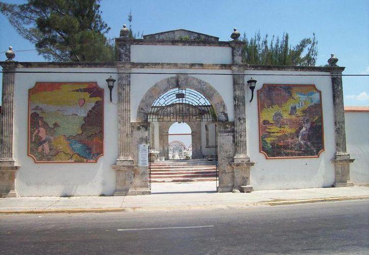 Fachada del cementerio de la capital campechana, donde unos franceses grabaron el ritual de 'curación' para transmitir en su país. (Jorge Moreno/SIPSE)