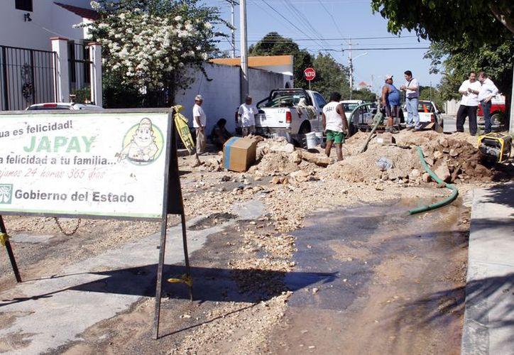 Los trabajadores de la Japay tardaron 24 horas en reparar la fuga. (Juan Carlos Albornoz/SIPSE)
