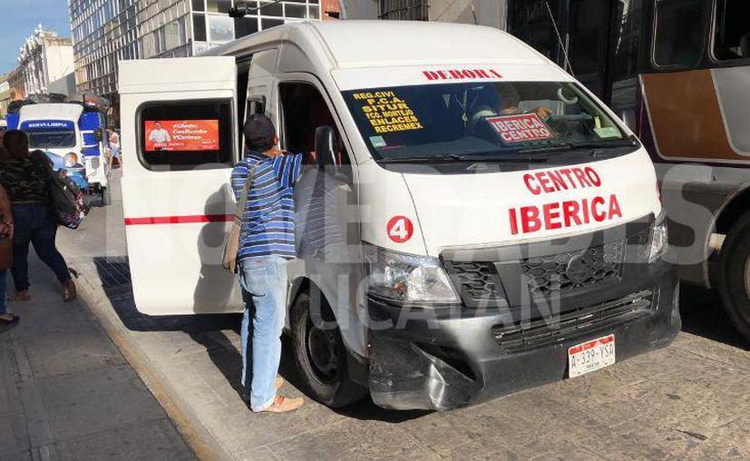 La combi de pasajeros presentó una abolladura en uno de sus costados. (Novedades Yucatán)