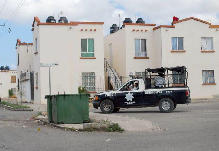 Los elementos policíacos realizan operativos en las colonias conflictivas. (Tomás Álvarez/SIPSE)