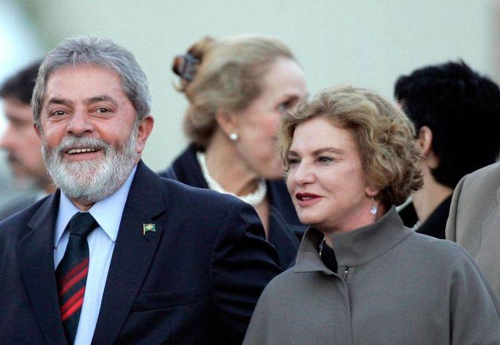 Imagen de archivo del expresidente de Brasil, Luiz Inacio Lula da Silva, con su esposa Marisa Leticia Rocco, a su arribo a la base militar de Torrejón de Ardoz, España, el 14 de septiembre de 2007. Marisa Leticia falleció este jueves 2 de febrero de 2017, en Sao Paulo, Brasil. (AP/Paul White)