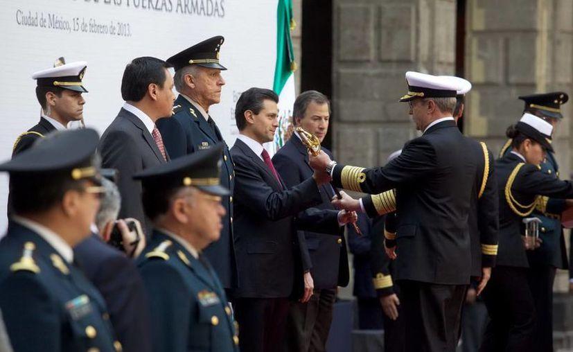 El secretario de Marina, Vidal Francisco Soberón, entrega el Sable de Mando que identifica a los comandantes de la Armada de México. (Notimex)