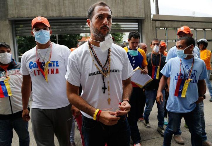 Opositores que se encuentran en huelga de hambre en apoyo a los presos políticos del régimen de Nicolás Maduro protestas frente a la embajada de Brasil, en Caracas, luego de un incidente diplomático de senadores brasileños que llegaron a Venezuela para intentar apoyar la causa de los disidentes. (Archivo/AP)