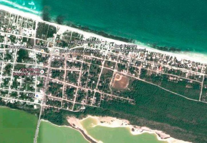 Imagen de satélite (tomada de Google Earth) de El Cuyo, Yucatán, donde los habitantes están molestos con una personas que colocó una cerca en una zona de la playa.