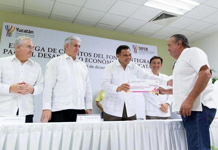 El Gobernador entregó ayer créditos a los empresarios locales. (Milenio Novedades)