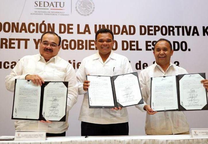 Ayer, el gobernador Rolando Zapata recibió en donación el terreno donde se erige la unidad deportiva Kukulcán, le acompañan los titulares de Sedatu, Jorge Carlos Ramírez Marín, (i) y Corett, Sergio Alcántara Núñez. (Cortesía)