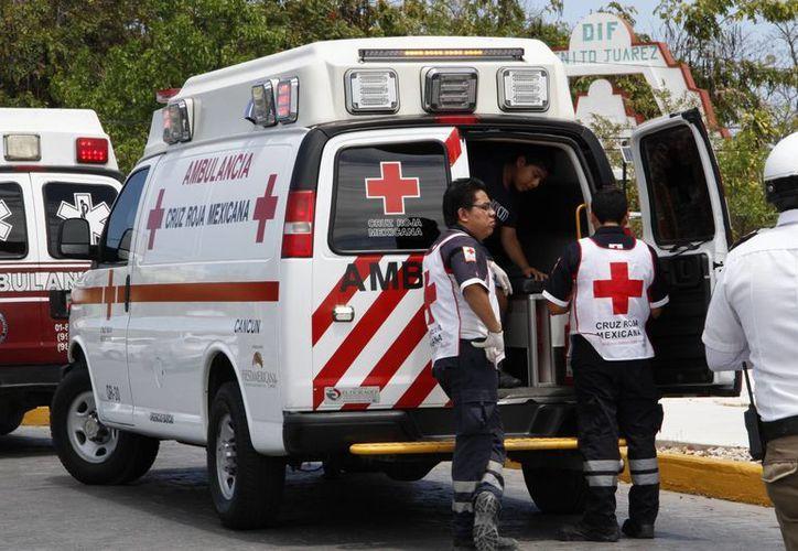 Las ambulancias de la Cruz Roja en Cancún realizan más actividad durante los días de quincena. (Tomás Álvarez/SIPSE)
