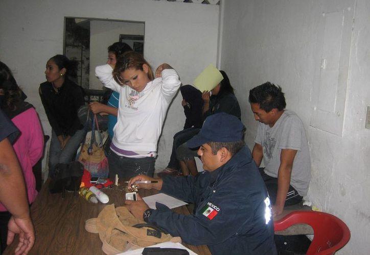 Las cinco trabajadoras fueron remitidas a los juzgados cívicos de la Dirección de Seguridad Pública debido a que no presentaron su tarjeta de sanidad la noche del viernes. (Marco Do Castella/SIPSE)