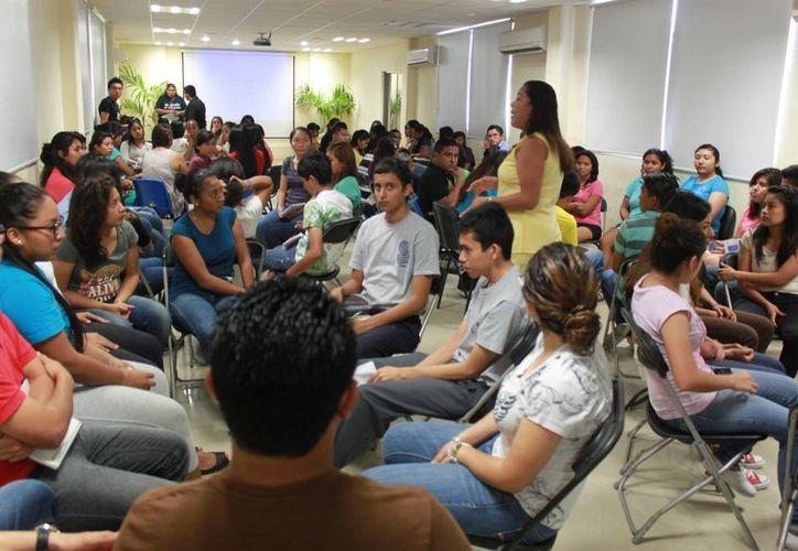 Asisten 122 jóvenes becados de preparatoria y universidad al taller. (Redacción/SIPSE)