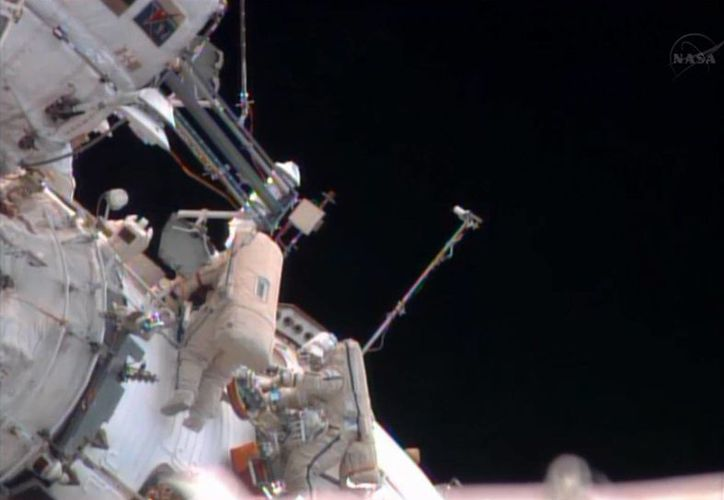 En esta imagen suministrada por la NASA, los cosmonautas rusos Pavel Vinogradov, izquierda, y Roman Romanenko efectúan una caminata espacial desde la estación internacional espacial en órbita. (Agencias)