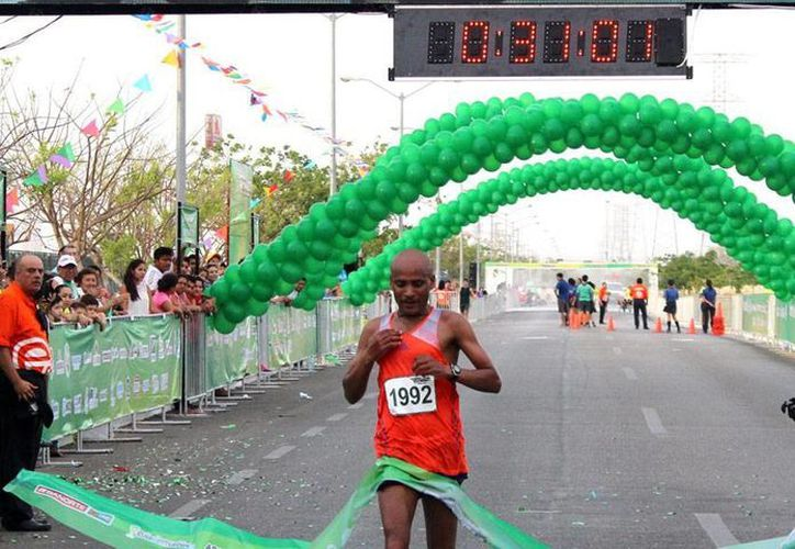 El corredor keniata Hailemariyam Mola Negasi se llevó la carrera de 10 kilómetros en 31.01 minutos. (Milenio Novedades)
