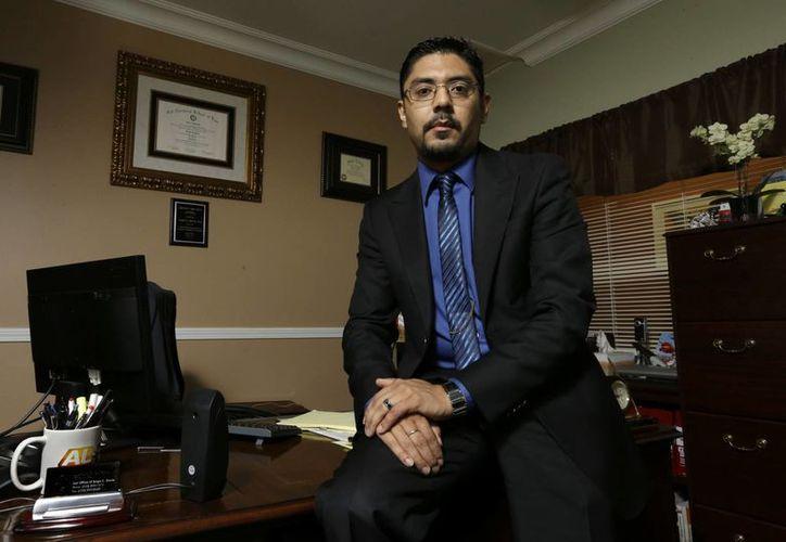 El abogado en derecho civil Sergio García posa para una foto desde su oficina en California. (Agencias)