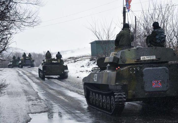 El presidente ucraniano Petro Poroshenko pidió a Rusia retirar sus fuerzas y sellar la frontera para impedir el flujo de armas y tropas. (AP)