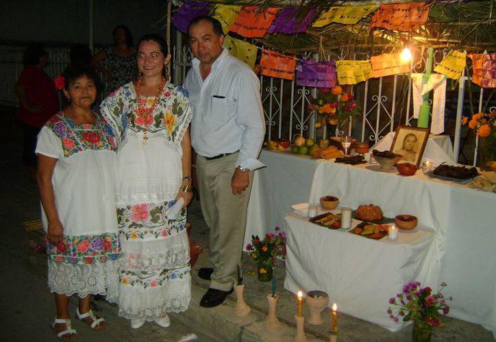 Por tercer año consecutivo la familia Canto García realiza la muestra de altares en el rumbo de La Socorrito. (Cortesía)