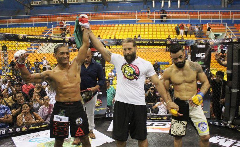 """""""Guerrero Maya""""  en menos de dos minutos dejó fuera de combate al brasileño """"Trajaca"""" Bautista. (Raúl Caballero/SIPSE)"""