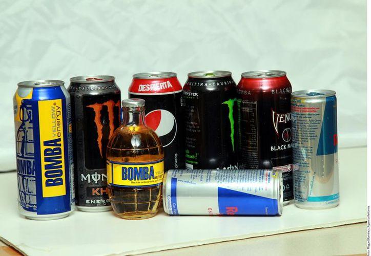 Las bebidas energéticas o hipertónicas con taurina, guaraná o cafeina se han vuelto populares por la energía que producen en el corto plazo. (Agencia Reforma)