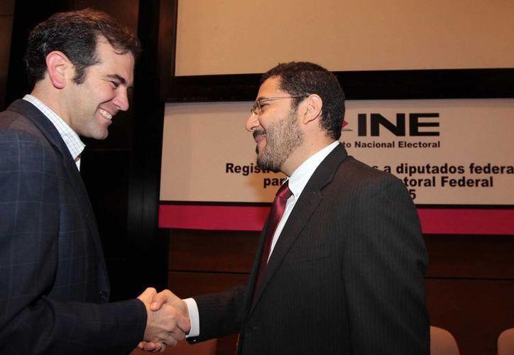 El presidente de Morena, Martí Batres, entregó al INE la solicitud de registro de sus candidatos a diputados federales este domingo. (Notimex)