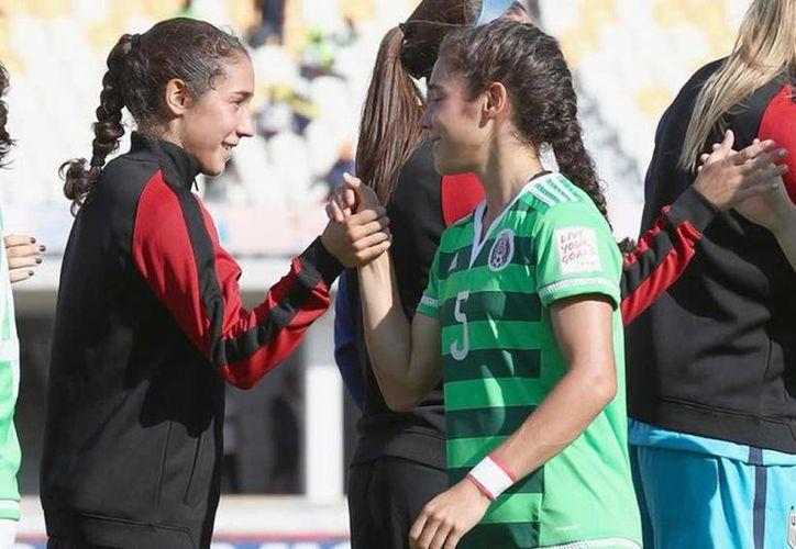 Así fue el saludo de las hermanas Mónica(México) y Sabrina Flores, antes de iniciar el partido de Cuartos de Final en el Mundial Femenil Sub-20.(Foto tomada de Mediotiempo.com)